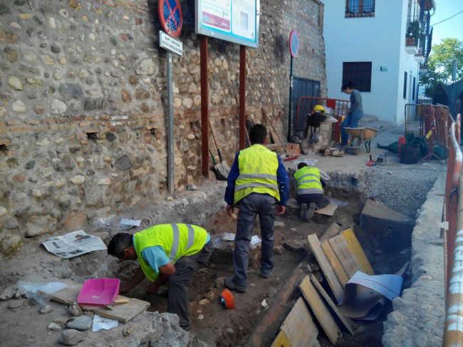 Los operarios de la empresa trabajan sobre las tumbas. GiM 2014