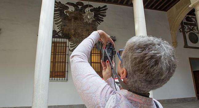 Una visitante fotografía el interior de la Chancillería :: A. AGUILAR ID 2014