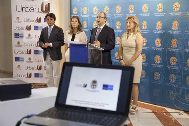"""Presentación delPlan de ayudas del Ayuntamiento de Almería para generar su """"pequeño Albaicín"""" en la ladera de la Alcazaba. Foto Europa Press"""