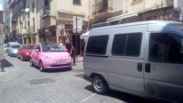 Colas y atascos en la calle Elvira incrementado por las bocinas de los conductores. 2014