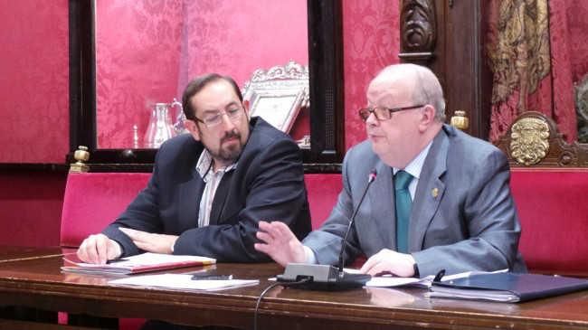 Martín Recuerda, a la derecha, durante la comparecencia informativa. GiM 2014