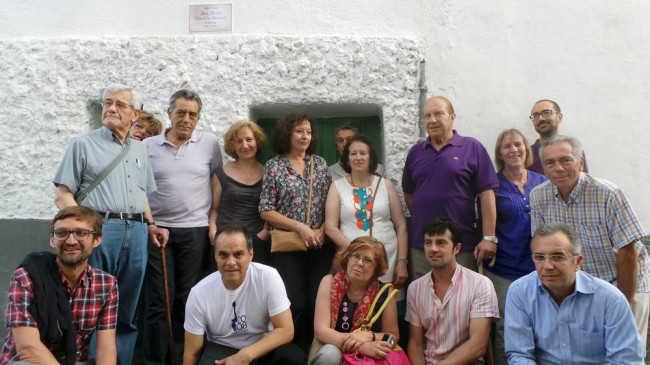 Vecinos y familiares de José Ferrer posan a la entrada de la casa del cantaor flamenco. GiM 2014