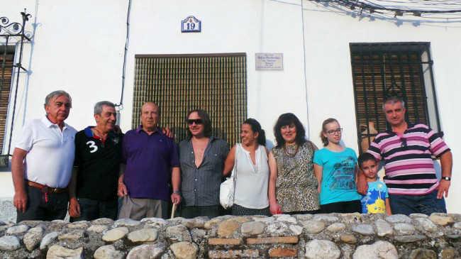 Familiares de La Comino y Curro Albayzín, junto a la placa que colocaron los vecinos en el nº 19 de la Lona. GiM 2014