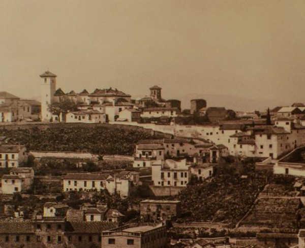 Iglesia de San Nicolás - La iglesia, en una fotografía tomada desde la Alhambra, poco después del incendio (1932). Puede observarse la destrucción de la techumbre del edificio debido al fuego