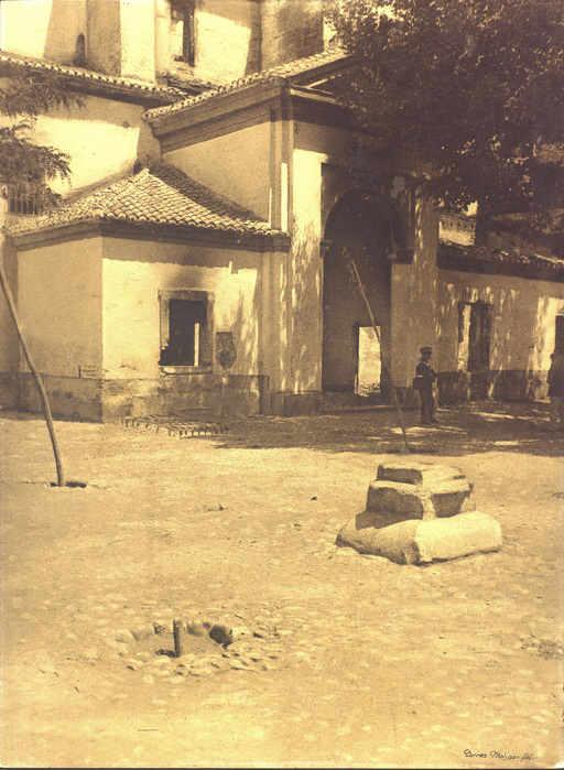 Iglesia de San Nicolás - La iglesia y la plaza, poco después del incendio. Puede observarse la desaparición de la cruz de piedra, de la que sólo queda el basamento