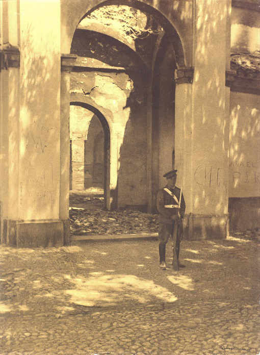 Iglesia de San Nicolás - Un guardia de asalto custodia el templo, tras el incendio