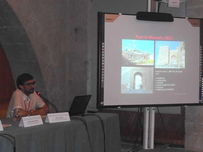 Juan Antonio Sánchez presentado la comunicación sobre la degradación urbana del Albayzín en las Jornadas de Hispania Nostra 2014 en la Alhambra.