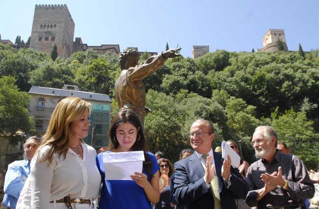 La viuda y la hija de Maya, junto al alcalde en funciones y el escultor, en el tributo al bailaor. Foto: J. Algarra GiM2014