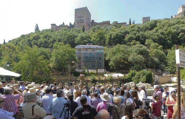 Muchos amigos se congregaron en el Paseo de los Tristes para asistir al homenaje. Foto: J. Algarra GiM 2014