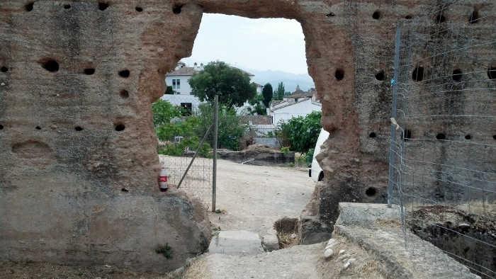 Muralla Alberzana con el agujero cada vez mayor. 2014