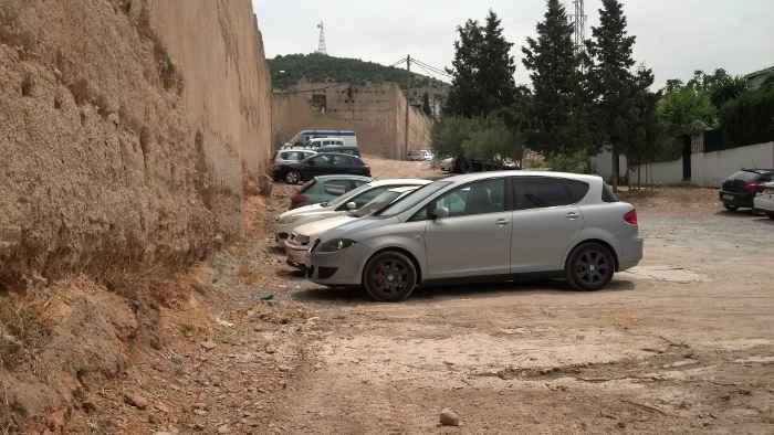 Muralla Alberzana con los coches aparcados en su mismo borde sin ninguna protección. 2014