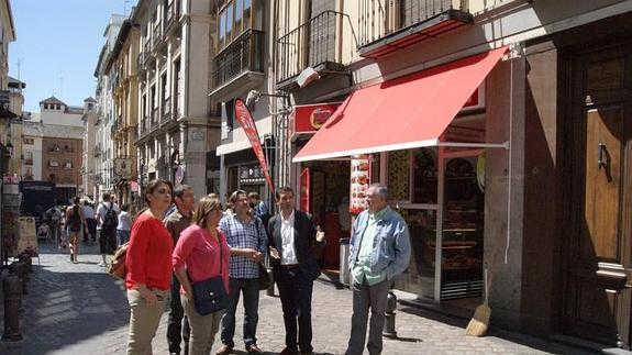 Concejales del PSOE visitan la calle Elvira denunciando la cartelería y los luminosos. ID 2014