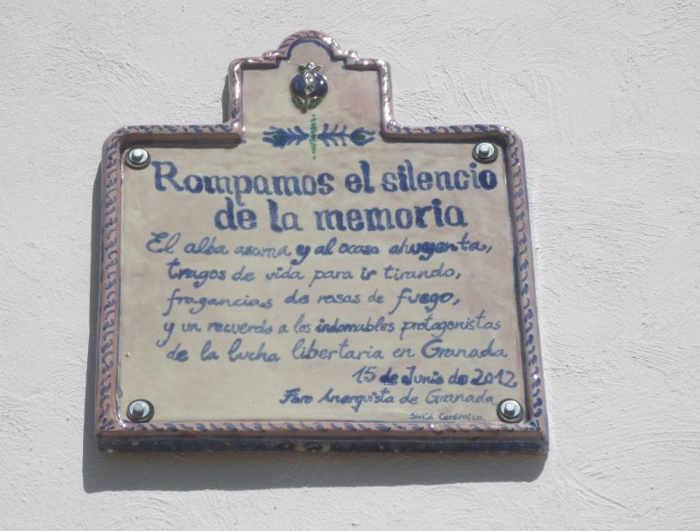 Placa en  la fachada de la casa donde vivió la familia Quero en la Placeta de las Castillas, 20. Foto Mapa Memoria Granada