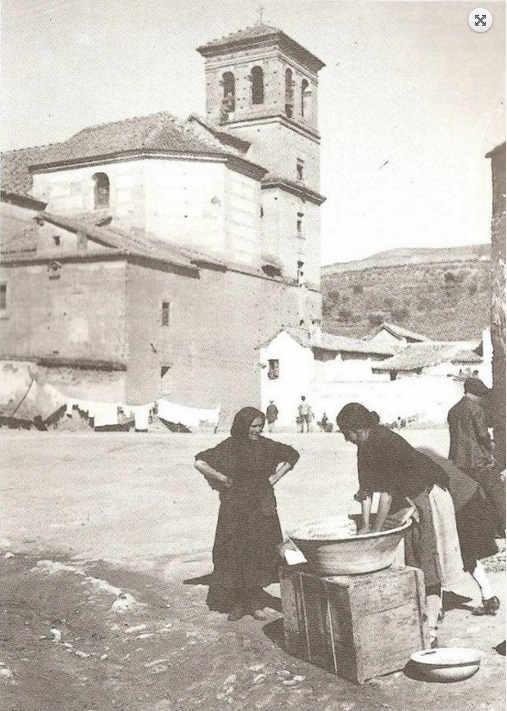 Iglesia del Salvador - Imagen de lavanderas del Albayzín en la Plaza del Abad, con la Iglesia del Salvador al fondo