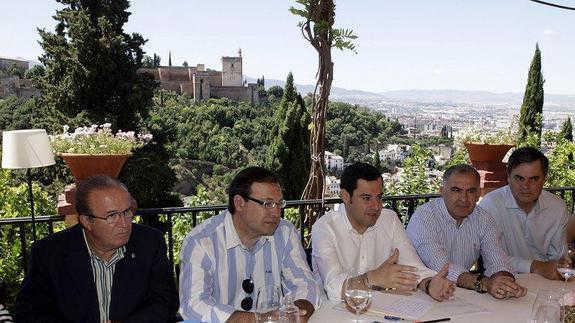 Moreno Bonilla, con La Alhambra a sus espaldas / G. MOLERO