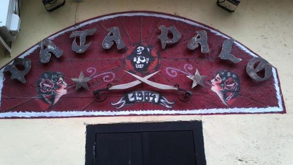 Puerta de acceso al Pub Pata Palo en la calle de los Naranjos, 2