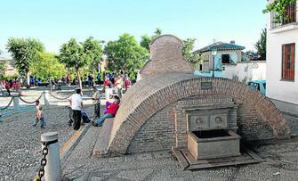 El aljibe de la plaza de San Nicolás es uno de los más conocidos del Albaicín por el volumen y el enclave en el que se encuentra. GH 2014