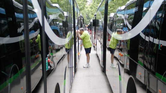 Los ciudadanos pudieron conocer los autobuses hace una semana. Foto: Álex Cámara AG 2014
