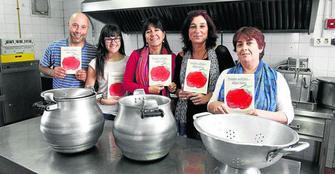 Padres y personal del comedor con el libro de recetas que presentarán el próximo miércoles.