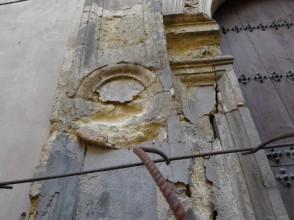 Estado ruinoso de la portada de la iglesia de San Andrés en la calle Elvira. 2014 Foto José Márquez