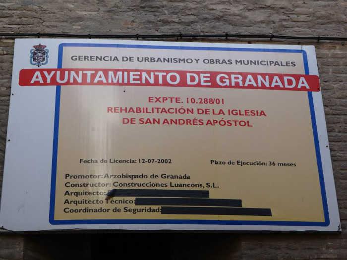 Cartel con la licencia de obra en la portada de la iglesia de San Andrés en la calle Elvira. 2014 Foto José Márquez