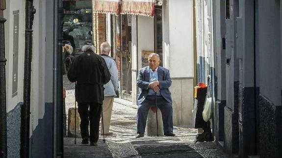Un vecino del barrio del Albaicín toma el sol cerca de Plaza Larga. / Ramón L. Pérez