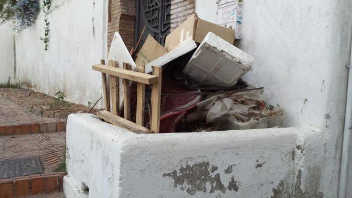 Acumulación de basura en la calle San José a la altura del número 29.