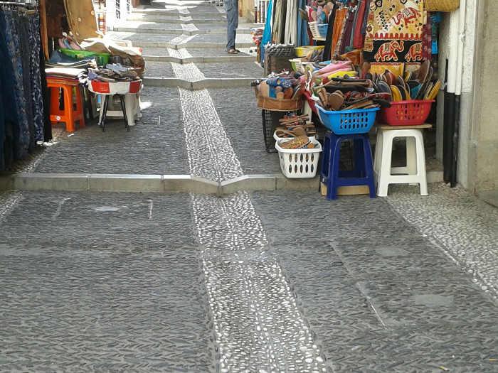 Ocupación de la vía pública con mercancías en la Calderería. 2014