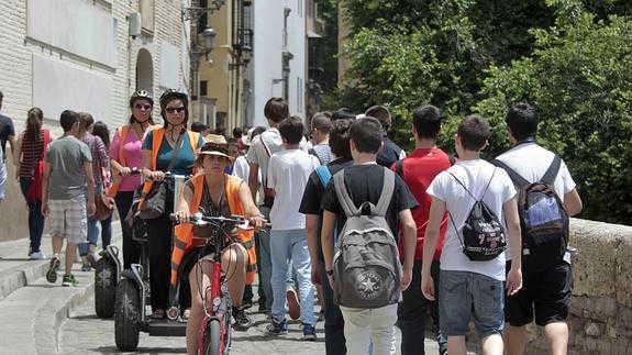 Turistas por la Carrera del Darro. / RAMÓN L. PÉREZ