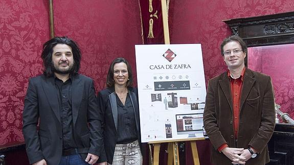 Rocío Díaz (c) y Manuel Morales presentaron el logotipo ganador de la Casa de Zafra, centro de interpretación del Albaicín/ / GONZÁLEZ MOLERO