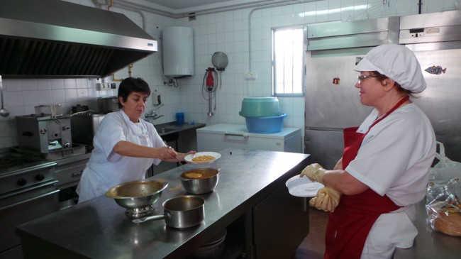 Leo y Cristina, en la cocina del comedor del colegio público Gómez Moreno. GiM 2014