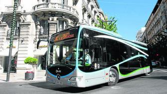 Los nuevos autobuses están siendo el principal tema de conversación en las calles granadinas. GH 2014