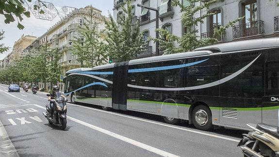 Autobús LAC a su paso por Gran Vía. Ideal 2014