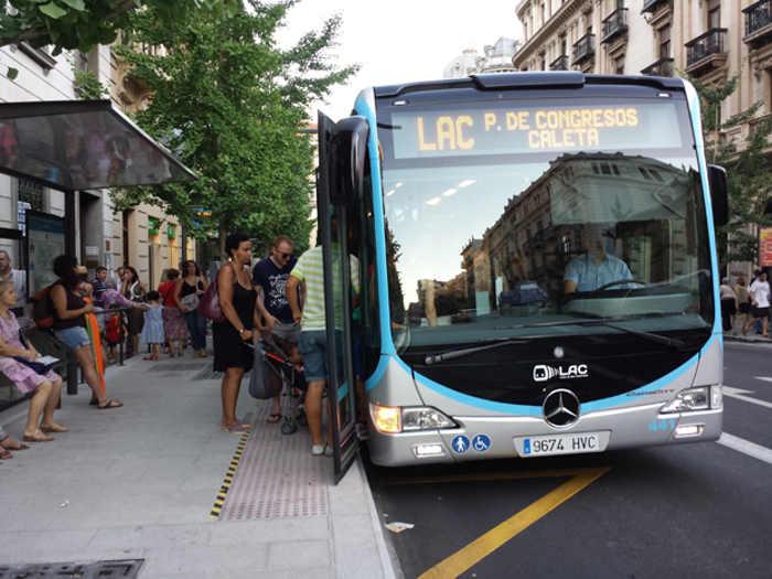 Un autobús LAC en una parada de Gran Vía.