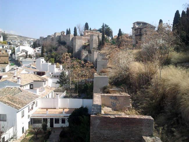 Vista desde Puerta Monaita del nterior de la muralla zirí.
