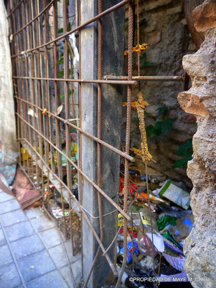 Basura en el vallado de la obra parada de la iglesia de San Andrés. 2014