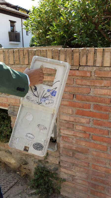 Cajetín eléctrico en el Huerto del Carlos 2014. El concejal Paco Cuenca trata de ponerle la tapa.