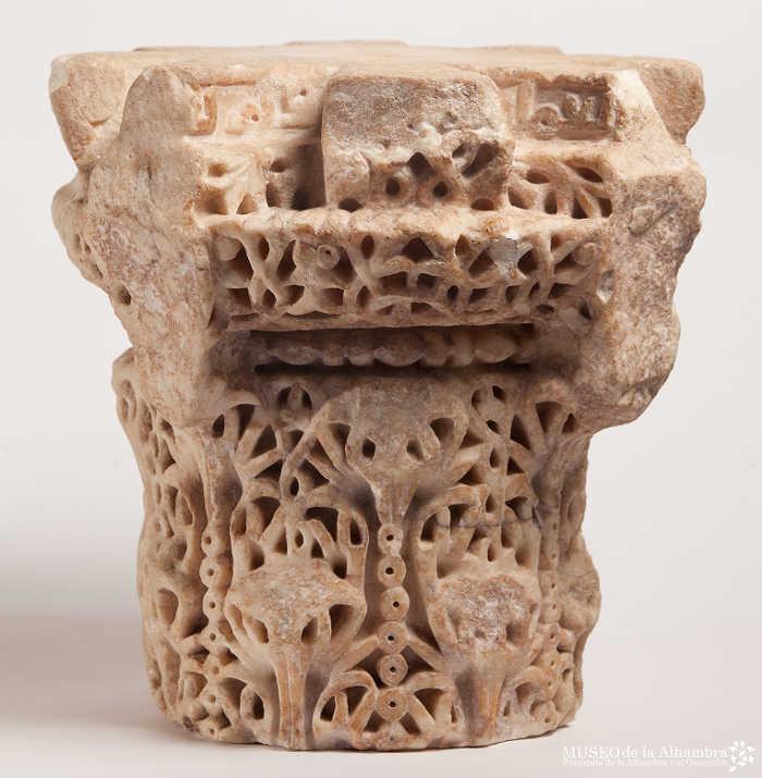 Capitel del baño, hoy en el Museo de la Alhambra y de origen posiblemente cordobés , estuvo en un baño del Albayzín.