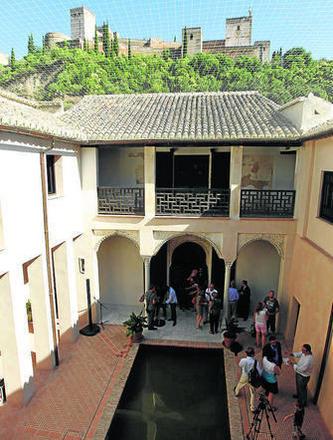 Patio de la casa morisca desde cuyo balcón se puede admirar la Alhambra. GH 2014