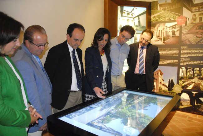 La edil Rocío Díaz explica al resto de autoridades el funcionamiento del panel interactivo. Foto: Javier Algarra