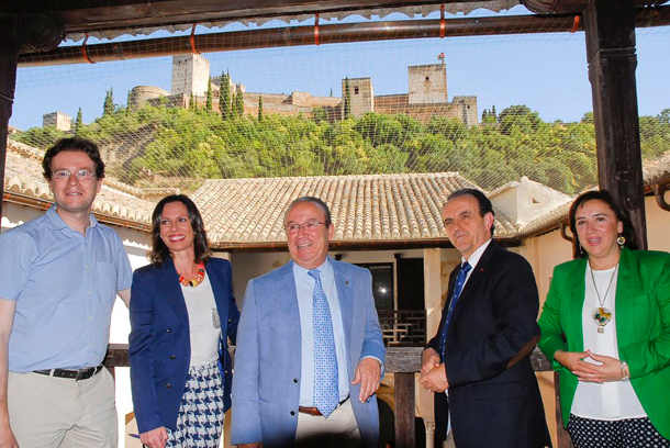 El consejero de Turismo y el alcalde en funcionese, en el centro, en la inauguración de la Casa Zafra