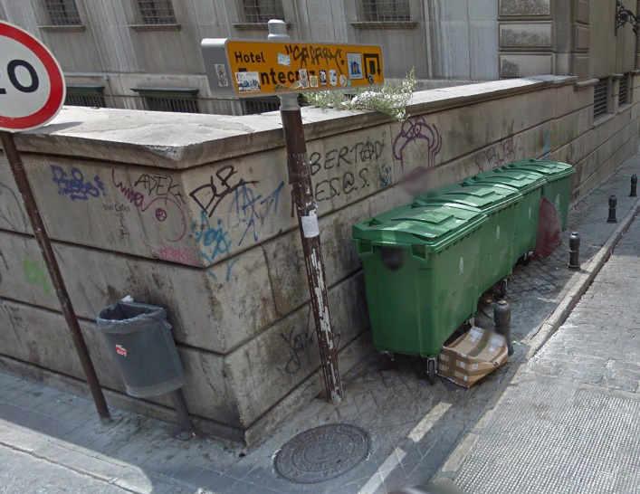 Esquina de Elvira con los contenedores de la calle Valentin Barrecheguren, a espaldas del edificio Banco de España.