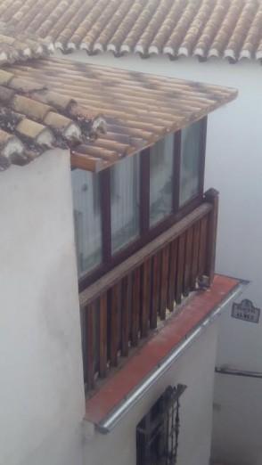Lo que era una balconada con su barandilla de madera, hoy convertida en una habitación más. Calle Aljibe de Trillo esquina Placeta del Almez. 2014