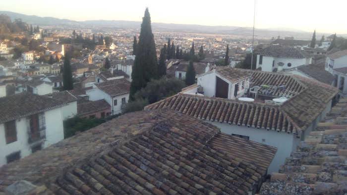 El tejado prefabricado entre tejados de verdad, en un barrio Patrimonio Mundial. 2014