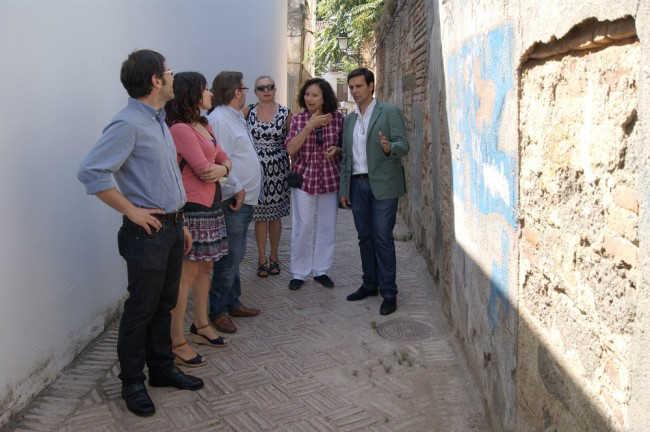 Los ediles socialistas junto a la presidenta de los vecinos del bajo Albaicín, Lola Boloix, segunda por la derecha.
