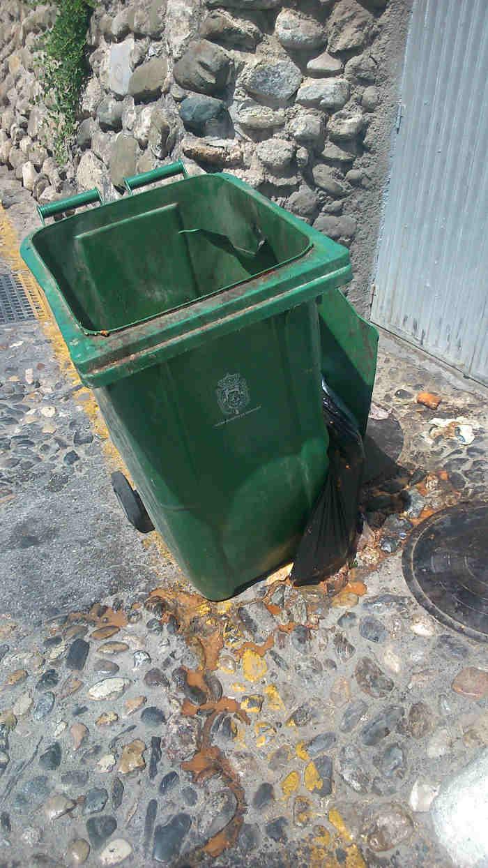 Contenedor destrozado en el Carril de San Agustín 31 de agosto de 2014