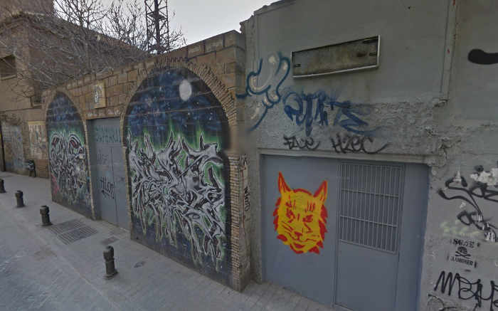 El solar de la calle Elvira 107 corresponde a los baños árabes de Hernando de Zafra, declarados BIC en 2004, pero con el abandono de la Junta que expresa la imagen. 2014