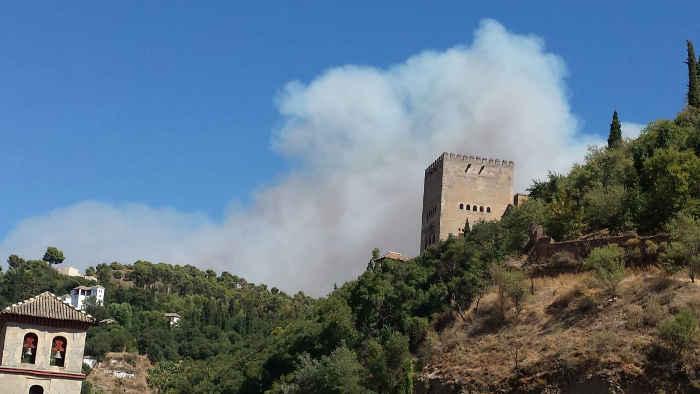 Incendio Lomas del Genil visto desde el Albayzín 22-08-2014