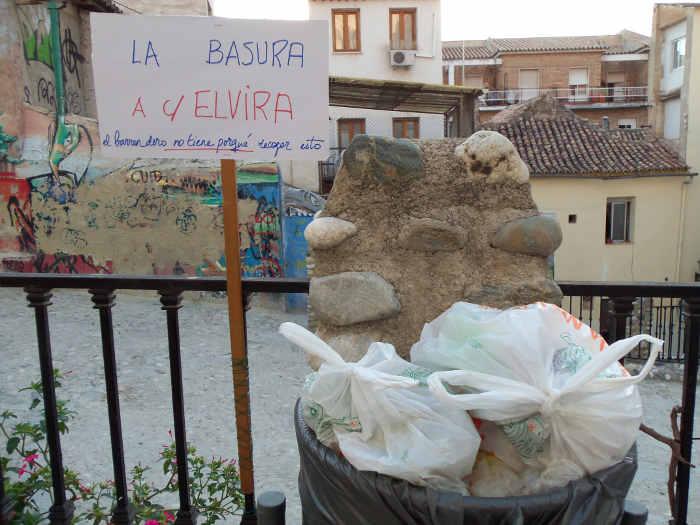 Bolsas de basura que alguien deja en la papelera para no bajar hasta los contenedores de Elvira. 2010