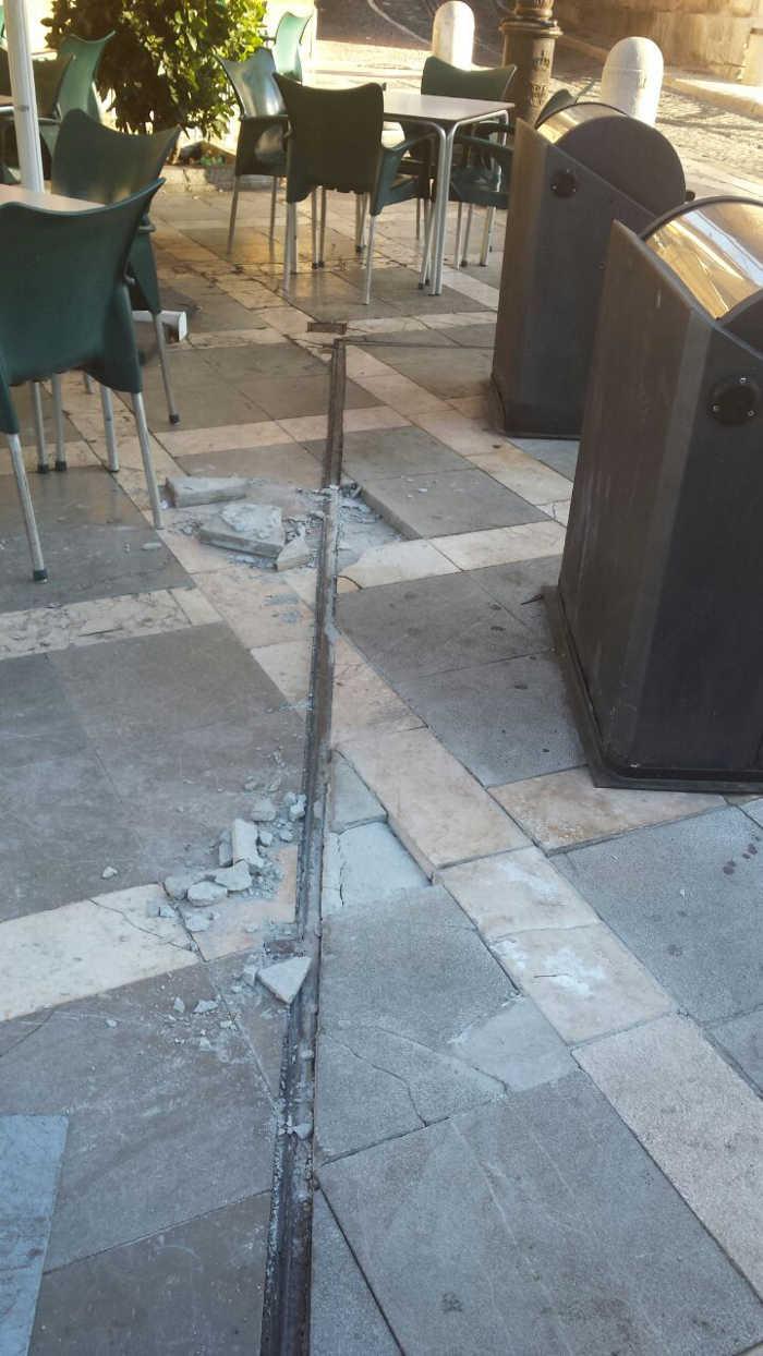 Mal estado del pavimento junto a la plataforma de los contenedores de Plaza Nueva. 2014